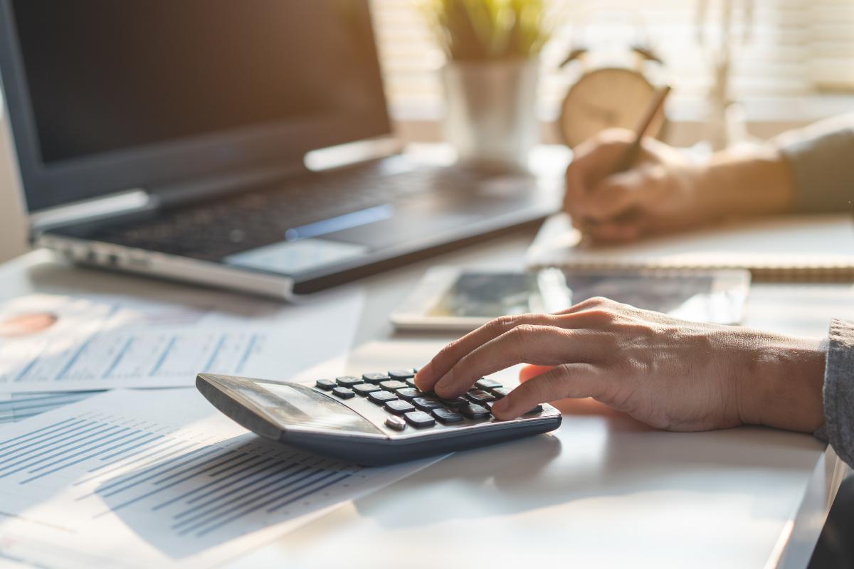 Planungskonzept zum Steuerabzug. Geschäftsmann, der die Unternehmensbilanz berechnet, bereitet die Steuerermäßigung vor.